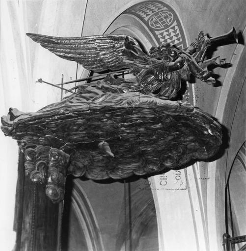 Chaire à prêcher : détail de l'ange sonnant de la trompette sculpté sur le dessus de l'abat-voix, bois sculpté (détail)