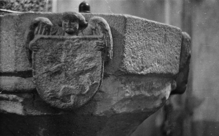 Bénitier : détail d'un ange tenant un écu représentant un griffon dressé, pierre sculptée (détail)