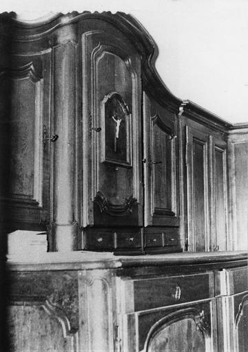 Meuble de sacristie à deux corps, agrémenté de cinq vantaux et de huit tiroirs, orné de simples moulures et d'un petit crucifix