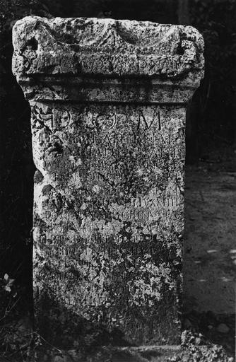 Stèle (cippe) gallo-romaine en pierre gravée d'une insription