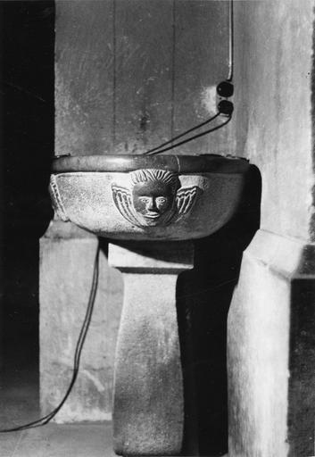 Bénitier en pierre sculptée de chérubins en demi-relief