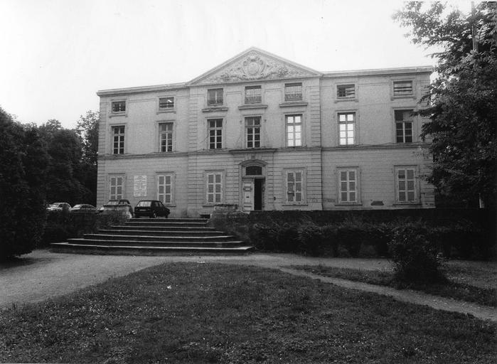 Façade est de l'ancien château de Grigny, actuelle mairie