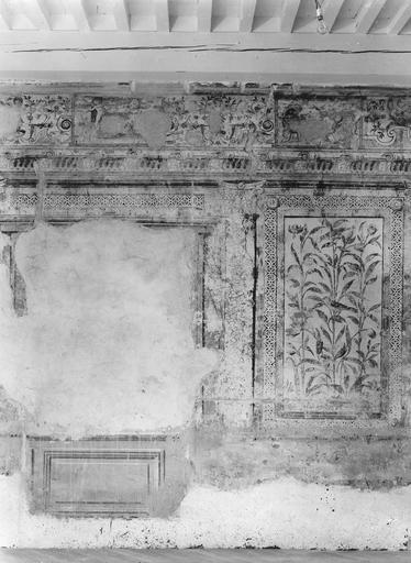 Peinture monumentale : salle des Commissions, décor d'architecture feinte aux trumeaux peints de panneaux fleuris (détail)