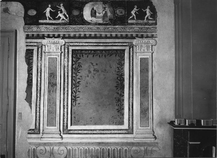 Peinture monumentale : salle du Conseil, détail du décor en trompe l'oeil représentant des éléments d'architecture, des panneaux aux cadres feints, une frise ornée de plusieurs scènes