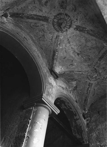 Peinture monumentale : escalier, traces de décor en trompe l'oeil (détail)