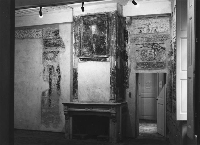 Peinture monumentale : salle des oiseaux, fragments de décor représentant une architecture feinte, des frises de rinceaux, des armoiries