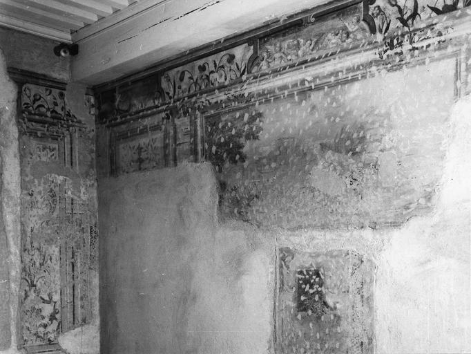 Peinture monumentale : chambre des Amours, fragments de décor de tableaux feints, frise alternant fleurs et scènes animées d'Amours