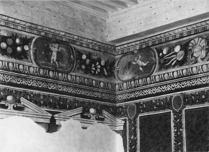 Peinture monumentale : salle des brocarts, corniche à l'architecture feinte et scènes animées d'Amours dans des cartouches (détail)