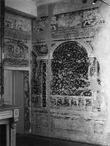 Peinture monumentale : salle aux oiseaux, détail d'une arcade en trompe l'oeil, donnant sur un jardin fleuri (détail)