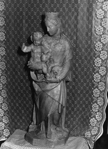 Groupe sculpté : Vierge à l'Enfant, pierre sculptée