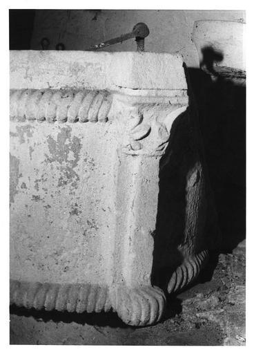 Fonts baptismaux : détail d'un pilastre sculpté au chapiteau à décor feuillagé, pierre sculptée