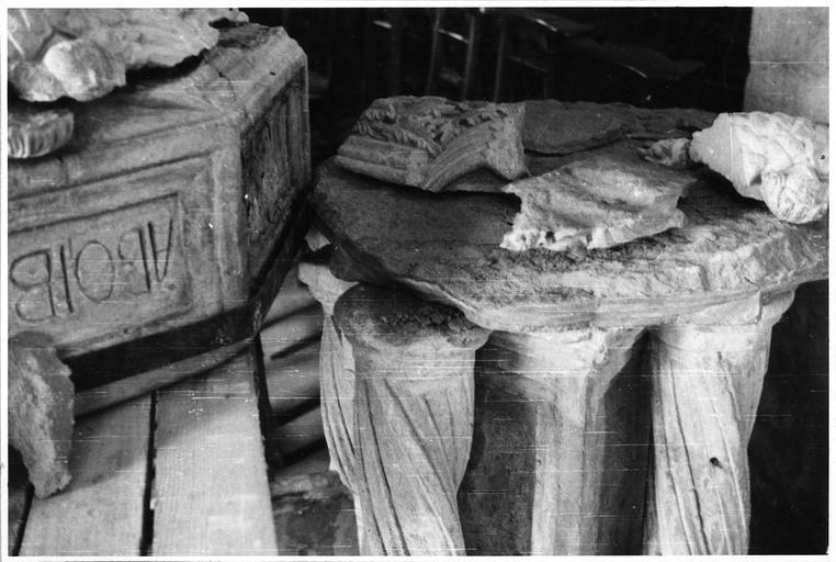 Bénitier : fragments du piédestal, pierre sculptée ; avant restauration