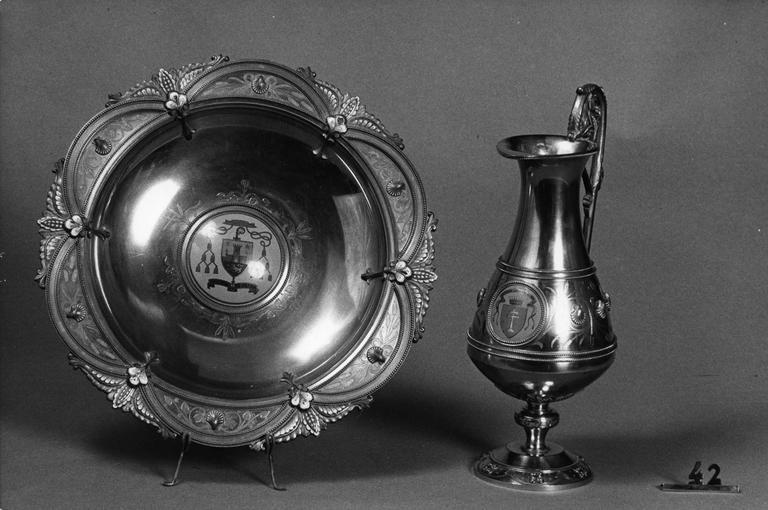 Aiguière et bassin à ablutions de Monseigneur Geay : médaillons aux armoiries du propriétaire, éléments végétaux, coquilles, cuivre, émail