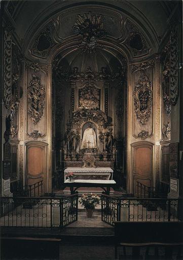 Retable, maître-autel, tabernacle, gradin d'autel : autel en bois peint en faux marbre, tabernacle sculpté de volutes de style rocaille, retable architecturé agrémenté de 4 statues d'anges, surmonté d'un panneau sculpté en bas-relief représentant Dieu le Père, bois sculpté, peint, doré