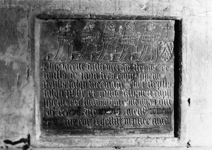 Plaque funéraire de cinq chapelains, gravée d'une inscription et de cinq personnages agenouillés, mains jointes, pierre taillée, gravée