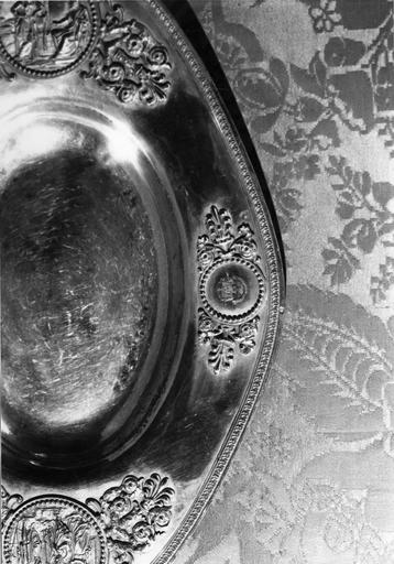 Bassin à ablutions de Monseigneur de Pins : détail d'un médaillon gravé de ses armoiries, argent doré (détail)