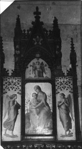 Triptyque : La Vierge à l'Enfant entourée d'anges, triptyque architecturé dans le style néo-gothique, bois peint, doré