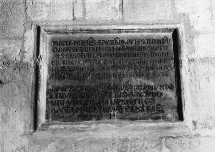 Plaque funéraire de Jean de Gueti, pierre taillée, gravée