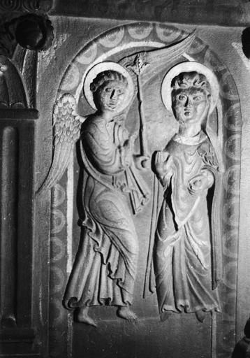 Autel, bas-reliefs : L'Annonciation, scène sculptée en demi-relief, pierre sculptée, peinte (détail)