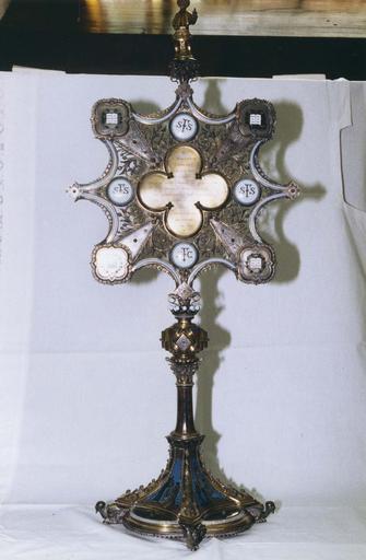 Reliquaire en forme d'ostensoir orné d'émaux dont certains représentent des scènes de la vie de saint François de Sale, de motifs végétaux et surmonté d'une statuette de saint François de Sale prêchant, argent doré, émaux, pierres semi-précieuses