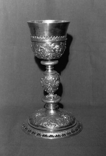 Calice au décor de chérubins, rinceaux et fruits, argent doré