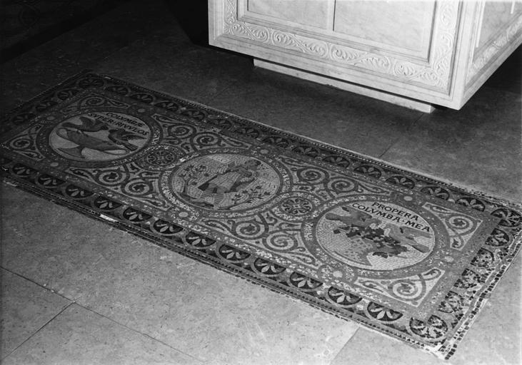 Revêtement de sol : mosaïque représentant 3 médaillons, à gauche, 2 oiseaux sur une coupe, au centre, le Bon Pasteur, à droite, 2 oiseaux picorant des grappes de raisin dans une corbeille