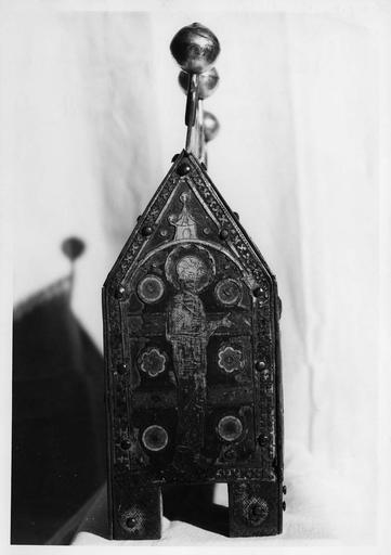 Châsse des martyrs de Lyon : petit côté, saint barbu sous un arc surmonté d'un pignon, cuivre, émaux