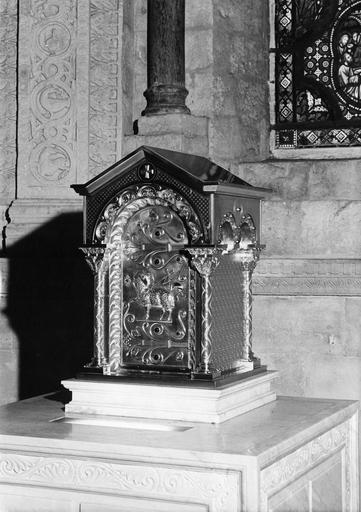 Tabernacle en forme de temple, porte ornée de l'Agneau pascal, cuivre