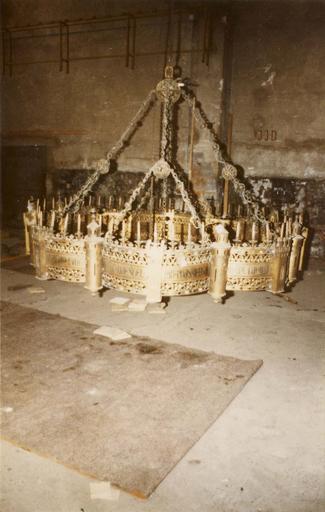Lustre à l'aspect d'une forteresse, réminiscence d'un lustre d'Aix-la-Chapelle, bronze doré, émail, pierres
