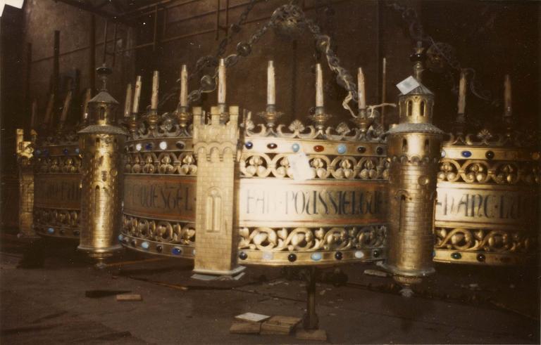 Lustre à l'aspect d'une forteresse, réminiscence d'un lustre d'Aix-la-Chapelle, bronze doré, émail, pierres (détail)