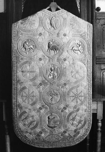 Chasuble : décor brodé d'entrelacs au centre desquels sont placés les symboles des évangélistes, l'Arbre de Jessé, un personnage ressuscité, des motifs géométriques, soie, fils d'or (dos)