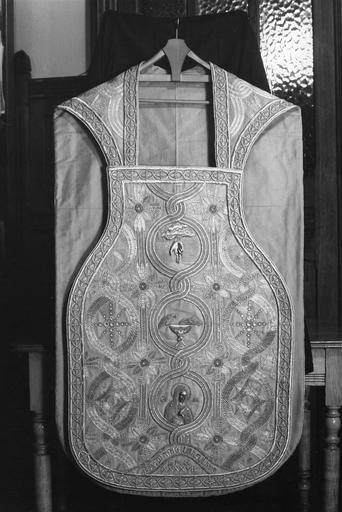 Chasuble : décor brodé d'entrelacs au centre desquels sont placés la main de Dieu, des oiseaux buvant dans une coupe, la Vierge, des motifs géométriques, soie, fils d'or (devant)
