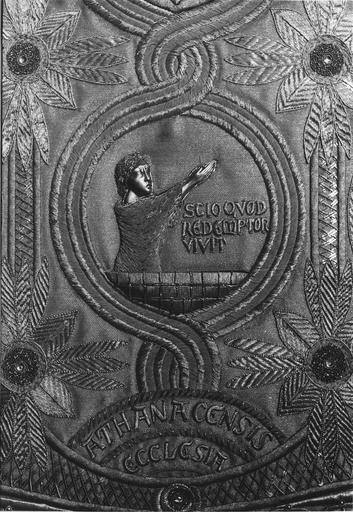Chasuble : détail d'un personnage ressuscité, soie, fils d'or, métal travaillé au repoussé (détail)
