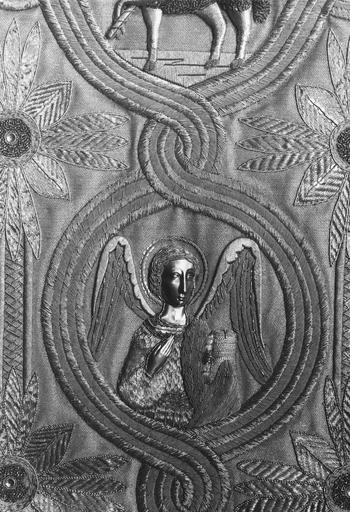 Chasuble : détail de l'ange de saint Matthieu évangéliste, soie, fils d'or, métal travaillé au repoussé (détail)