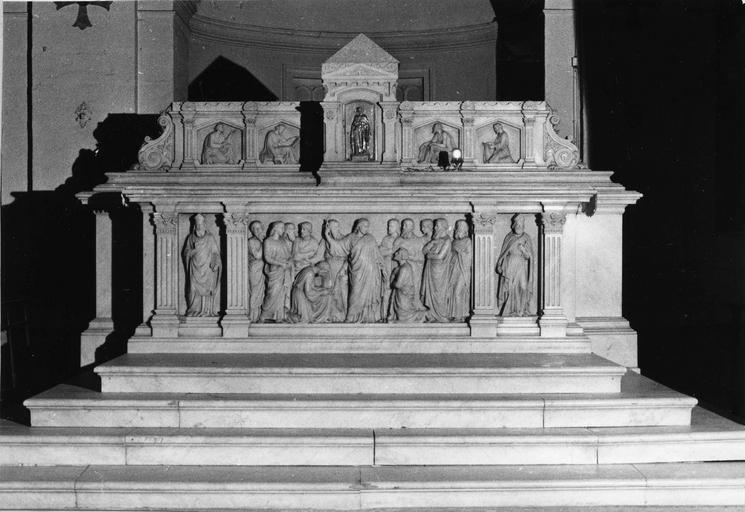 Autel, tabernacle, gradin d'autel, décor d'éléments d'architecture et de bas-reliefs, représentant la remise des clés à saint Pierre, saint Polycarpe, un saint évêque et les quatre évangélistes, marbre sculpté