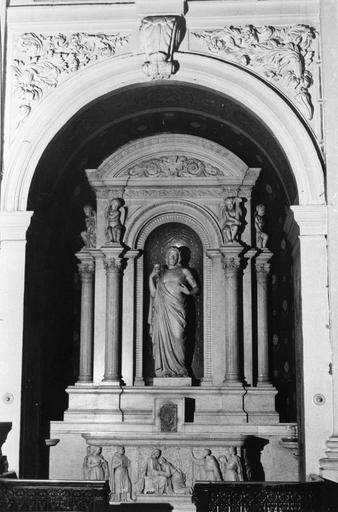 Autel, tabernacle, retable, statue : Le Christ au Sacré-Coeur, retable architecturé à colonnettes surmontées d'angelots qui soutiennent la corniche et le fronton cintré, autel sculpté d'un bas-relief représentant le Christ accueillant saint Jean