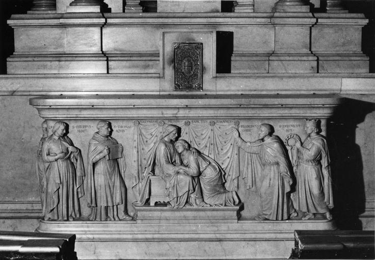 Autel : Le Christ accueillant saint Jean, marbre sculpté en bas-relief
