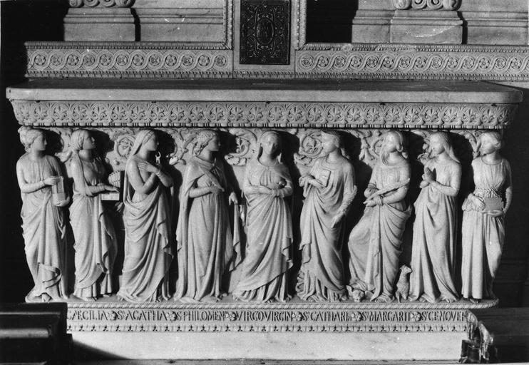 Autel sculpté d'un bas-relief représentant la Vierge encadrée par douze saintes martyres, marbre sculpté