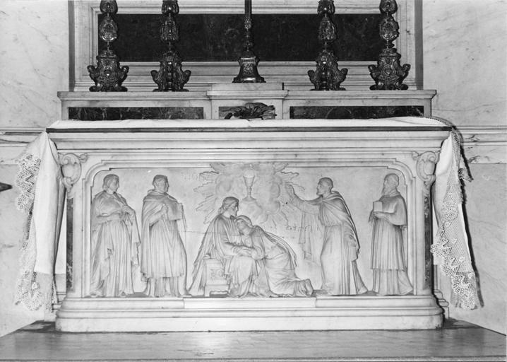 Antependium : Saint Jean l'évangéliste, bas-relief représentant le Christ accueillant saint Jean, encadrés par saint François d'Assise, saint François de Sales, sainte Bonaventure, sainte Jeanne de Chantal, marbre sculpté