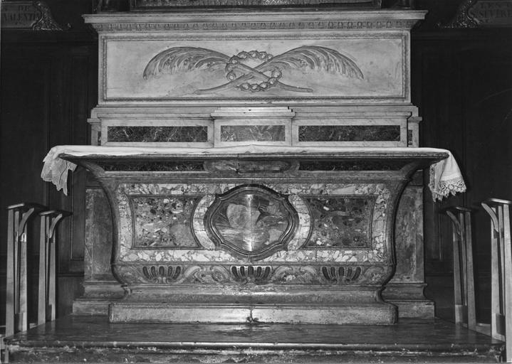 Autel de la chapelle des reliques, en forme de doucine, décor de moulures, médaillon, palmettes stylisées, marbre sculpté