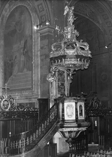 Chaire à prêcher à tribune et escalier en marbre, abat-voix en bois sculpté, peint en faux marbre et doré