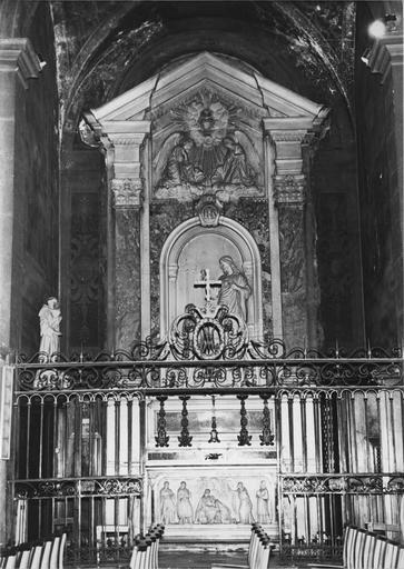 Autel, retable, haut-relief : L'Apparition du Christ à la bienheureuse Marie Alacoque, retable architecturé au fronton orné d'un bas-relief aux deux anges adorant le Sacré Coeur, marbre et pierre sculptés