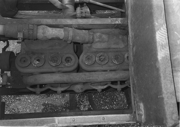 Camion 22 HP, type M à chaînes n°10536 : moteur 4 cylindres bipaires avec, à l'avant, la poulie d'entraînement du ventilateur (détail)