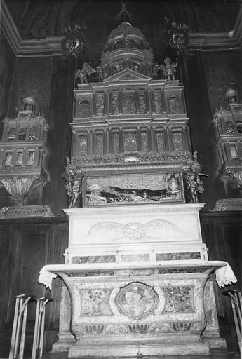 Autel de la Chapelle des Reliques, avec reliquaire architecturé monumental de sainte Valentine, agrémenté de statuettes d'angelots, bois sculpté doré