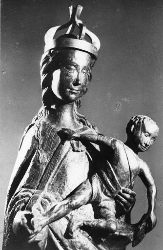 Groupe sculpté : Vierge à l'Enfant, bois sculpté (buste, trois quart)