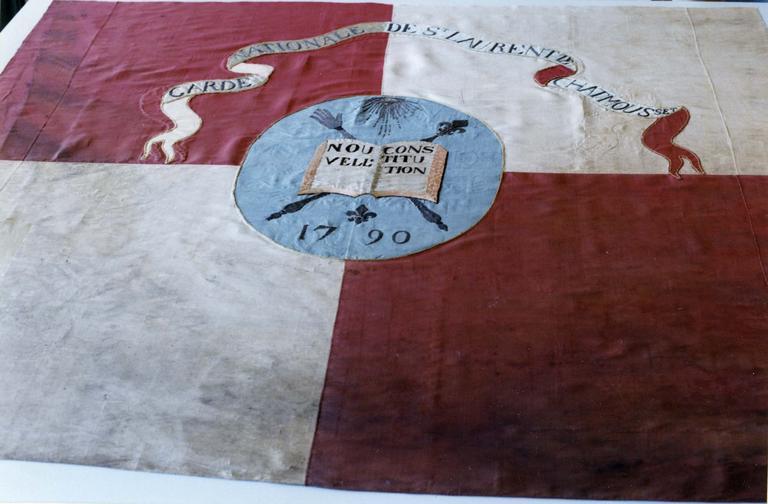Drapeau de la Garde nationale au médaillon central orné du livre de la Constitution ouvert et de bâtons de commandement, soie brodée