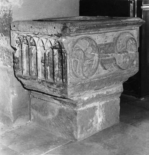 Bénitier à cuve rectangulaire sculptée d'éléments issus de l'architecture gothique, pierre sculptée