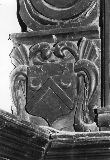 Retable : détail d'armoiries sculptées en bas-relief, bois sculpté, peint