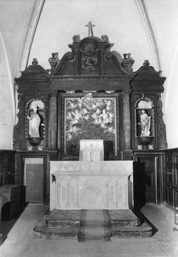Retable architecturé au panneau central sculpté en haut-relief et bas-relief de la figure de Dieu le Père et de chérubins, flanqué de 2 statues de saint Loup et saint Jean-Baptiste, bois sculpté, peint, doré