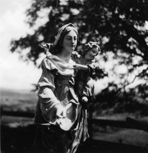Groupe sculpté : Vierge à l'Enfant, bois sculpté, peint, doré (trois quart)